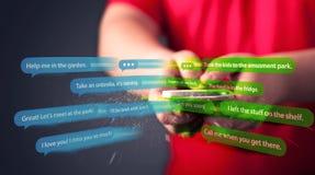 Handstilmeddelanden för ung man med smartphonen Royaltyfria Bilder