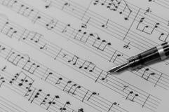 Handstilmusikanmärkningar med en reservoarpenna Arkivfoton