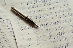Handstilmusikanmärkningar med reservoarpennan Royaltyfri Foto
