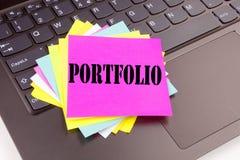 Handstilportföljtext som göras i kontorsnärbilden på bärbar datordatortangentbordet Affärsidé för affärsmarknadsföringsdesignen W arkivbild
