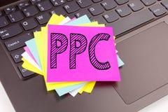 HandstilPPC - lön per klicktext som göras i kontorsnärbilden på bärbar datordatortangentbordet Affärsidé för internet SEO Money royaltyfri fotografi