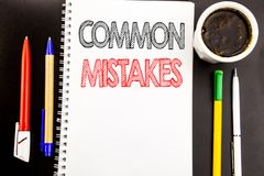 Handstiltext som visar gemensamma fel Affärsidé för det gemensamma begreppet som är skriftligt på bakgrund för notepadanmärknings Fotografering för Bildbyråer