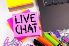 Handstiltext som visar gjorda Live Chat i kontoret med omgivning liksom bärbara datorn, markör, penna Affärsidé för att prata Com Fotografering för Bildbyråer