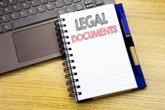 Handstiltext som visar lagliga dokument Affärsidé för avtalsdokumentet som är skriftligt på anteckningsbokboken på träbakgrunden  Royaltyfri Foto