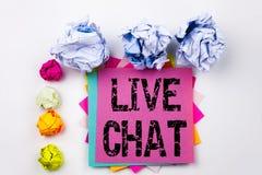 Handstiltext som visar Live Chat som är skriftlig på klibbig anmärkning med skruvpapper, klumpa ihop sig i regeringsställning Aff Royaltyfri Foto