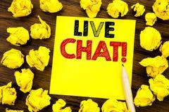 Handstiltext som visar Live Chat Affärsidé för kommunikationen Livechat som är skriftlig på klibbigt anmärkningspapper, träbakgru Royaltyfri Foto