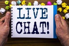 Handstiltext som visar Live Chat Affärsidé för kommunikationen Livechat som är skriftlig på notepadanteckningsbokboken på träträt Arkivbilder