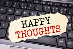 Handstiltext som visar lyckliga tankar Affärsidé för lycka som tänker bra skriftligt på klibbigt anmärkningspapper på den svarta  royaltyfri foto