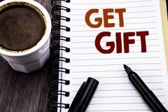 Handstiltextvisningen får gåvan Affärsidé för den fria Shoping kupongen som är skriftlig på papper för anteckningsbokbokanmärknin Royaltyfria Foton