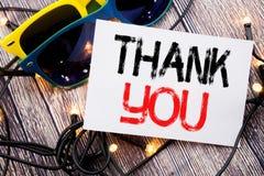 Handstiltextvisningen tackar dig Affärsidéen för tacksamhet tackar skriftligt på klibbig anmärkning med kopieringsutrymme på gaml Royaltyfri Foto