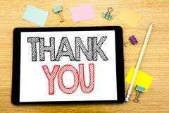 Handstiltextvisningen tackar dig Affärsidéen för tacksamhet tackar skriftligt på minnestavlabärbara datorn, träbakgrund med den k Royaltyfria Bilder
