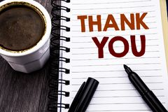 Handstiltextvisningen tackar dig Affärsidéen för tacksamhet tackar skriftligt på papper för anteckningsbokbokanmärkningen på den  Royaltyfri Foto
