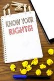 Handstiltextvisningen vet dina rätter Affärsidé för rättvisa Education som är skriftlig på anmärkningspapper med den vikta betyde royaltyfria bilder
