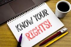 Handstiltextvisningen vet dina rätter Affärsidé för rättvisa Education som är skriftlig på anteckningsbokboken på träbakgrunden i arkivbild