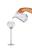 Handströmendes Wasser vom Glaskrug Stockfotografie