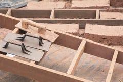 Handstrichziegel mit Lehm Bereiten Sie Schlamm für machen Ziegelsteine vor Stockbilder