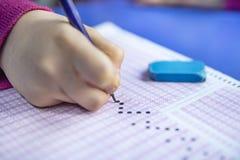Handstudent het testen in oefening en het nemen vullen de computerblad van het examencarbonpapier met potlood in bij de ruimte va royalty-vrije stock afbeeldingen