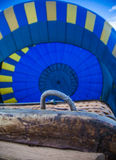 Handtag av korgen för ballong för varm luft Royaltyfri Fotografi