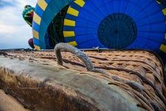 Handtag av korgen för ballong för varm luft Royaltyfria Foton