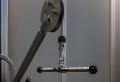 Handtag av viktmaskinen med karbinen i konditionmitt Arkivfoton