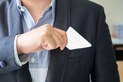Handtag för affärsman ett affärskort arkivbild