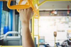 Handtag för folkhandinnehav för stående passagerare i staden b royaltyfria foton