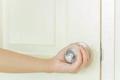 Handtag för öppen dörr Arkivfoton