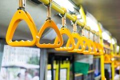 Handtag i bussen arkivfoto