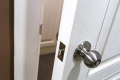 Handtag på dörr arkivbild