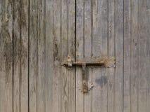 Handtag på den gammala trädörren Fotografering för Bildbyråer