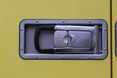 Handtag på den gula dörren arkivbild