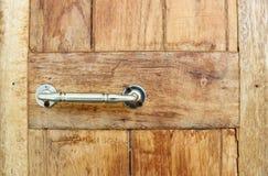 Handtag på den wood dörren Royaltyfria Foton