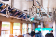 Handtag på taket för stående passagerare inom en buss Royaltyfria Bilder