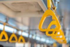 Handtag på taket för stående passagerare inom en buss Arkivfoton