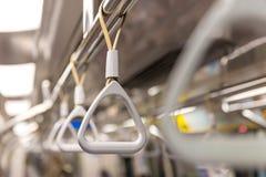 Handtag på taket för stående passagerare inom en buss Royaltyfri Bild