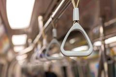 Handtag på taket för stående passagerare inom en buss Royaltyfri Foto