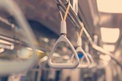Handtag på taket för stående passagerare inom en buss Arkivbild