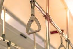 Handtag på taket för stående passagerare inom en buss Royaltyfri Fotografi