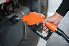 Handtagbränsledysa som tankar bilen Fotografering för Bildbyråer