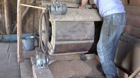 Handtaget för bondemanvänden av att sikta utrustninghjälpmedlet och siktar korn arkivfilmer