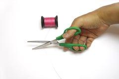 Handtagsax som cuting den rosa sömnadtråden Royaltyfria Foton