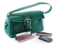 Handtas met celtelefoon en make-up Stock Afbeeldingen