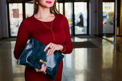 Handtasche in der Hand der modernen Frau Mode-Accessoire Lizenzfreie Stockfotos