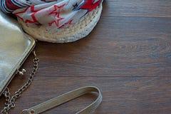 Handtasche für Frauen und leichten Schal auf einem hölzernen dunklen Hintergrund Lizenzfreies Stockfoto