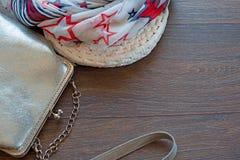 Handtasche für Frauen und leichten Schal auf einem hölzernen dunklen Hintergrund Lizenzfreie Stockbilder