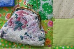 Handtasche mit Blumenverzierung Lizenzfreies Stockfoto