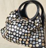 Handtasche mit Perlmuttknöpfen lizenzfreie stockfotografie