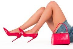 Handtasche und Beine in den Fersen Stockfotografie
