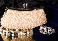 Handtaschen- und Perlenschmucksachen Lizenzfreie Stockfotos