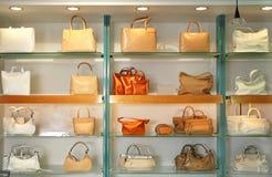Handtassen in de winkel Stock Foto's